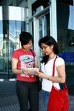 Dos estudiantes femeninos. Imágenes de archivo libres de regalías