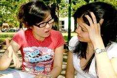 Dos estudiantes femeninos. Foto de archivo