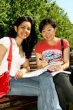 Dos estudiantes femeninos. Fotografía de archivo libre de regalías
