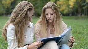 Dos estudiantes hermosos que hacen la preparación metrajes