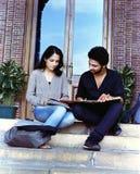 Dos estudiantes indios que estudian en el campus. Fotografía de archivo libre de regalías