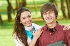 Dos estudiantes jovenes sonrientes al aire libre Imagen de archivo libre de regalías
