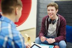 Dos estudiantes que charlan en el almuerzo Fotografía de archivo libre de regalías