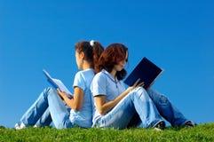 Dos estudiantes que estudian en la naturaleza Fotografía de archivo