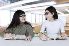 Dos estudiantes que estudian en la sala de clase Fotografía de archivo