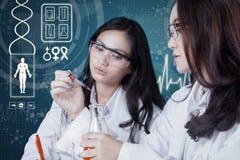 Dos estudiantes que hacen experimentos en el laboratorio Imagen de archivo