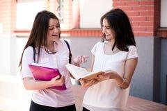 Dos estudiantes que se preparan para los exámenes junto al aire libre Fotos de archivo libres de regalías