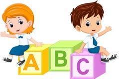 Dos estudiantes que se sientan en los bloques del alfabeto ilustración del vector