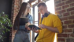 Dos estudiantes que tienen discusión sobre notas almacen de video