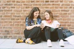 Dos estudiantes se están preparando para los exámenes Foto de archivo libre de regalías