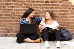 Dos estudiantes se están preparando para los exámenes Imagenes de archivo