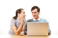 Dos estudiantes sonrientes con la computadora portátil Imagen de archivo libre de regalías
