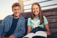 Dos estudiantes sonrientes con su estudiar de los bolsos Fotos de archivo