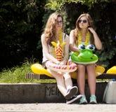 Dos estudiantes universitarias con los juguetes de la playa Fotografía de archivo