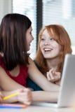 Dos estudiantes universitarios de sexo femenino en clase foto de archivo libre de regalías
