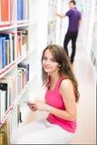 Dos estudiantes universitarios en biblioteca Imágenes de archivo libres de regalías