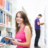 Dos estudiantes universitarios en biblioteca Foto de archivo
