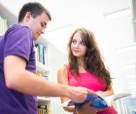 Dos estudiantes universitarios en biblioteca Fotografía de archivo libre de regalías