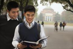Dos estudiantes universitarios en campus Imágenes de archivo libres de regalías