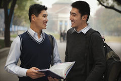 Dos estudiantes universitarios en campus Imagenes de archivo