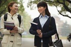Dos estudiantes universitarios en campus Foto de archivo