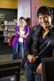 Dos estudiantes universitarios que cuelgan hacia fuera en biblioteca Foto de archivo