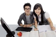 Dos estudiantes universitarios que estudian junto en estudio Imagen de archivo