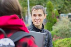 Dos estudiantes universitarios que hablan y que ligan Foto de archivo libre de regalías