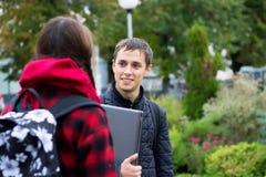Dos estudiantes universitarios que hablan y que ligan Imagen de archivo libre de regalías