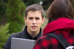 Dos estudiantes universitarios que hablan y que ligan Foto de archivo