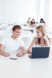 Dos estudiantes universitarios que se divierten el estudiar junto Fotografía de archivo