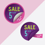 Dos etiquetas engomadas redondas con el descuento del 5% y el código del promo para el sitio web, foto de archivo
