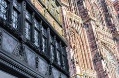 Dos fachadas de Notre Dame Cathedral y de Maison Kammerzell Imagenes de archivo