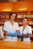 Dos farmacéuticos de sexo femenino felices Fotografía de archivo