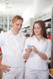 Dos farmacéuticos en farmacia imagen de archivo
