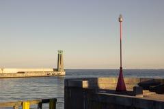 Dos faros grandes y pequeños en la entrada a la bahía Foto de archivo libre de regalías