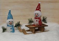Dos felices muñecos de nieve en nieve mullida Imagen de archivo