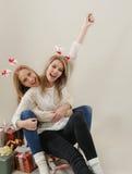 Dos felices y mujer divertida en el trineo viejo Imagen de archivo libre de regalías
