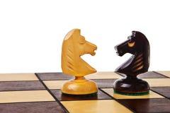 Dos figuras del caballero del ajedrez. Fotografía de archivo libre de regalías