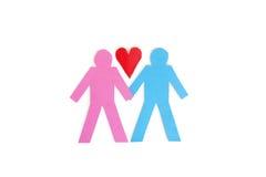 Dos figuras del palillo que llevan a cabo las manos con un corazón de papel rojo sobre el fondo blanco Imagen de archivo libre de regalías