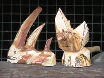 Dos figuras talladas pequeña mano de animales Foto de archivo libre de regalías