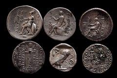 Dos filas de las monedas de plata del griego clásico imagenes de archivo