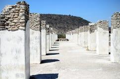 Dos filas de pilares antiguos en la ciudad de Toltec en Tula Imágenes de archivo libres de regalías