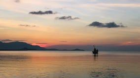 Dos Fishermans en la puesta del sol en el pescador local Boat Going de Tailandia con la profundidad del mar cuando tiempo de la m almacen de video