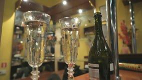 Dos flautas con el vino espumoso durante día de fiesta almacen de metraje de vídeo