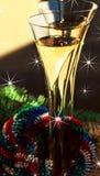 Dos flautas de guirnalda de Champán, de la Navidad y de rama spruce Foto de archivo libre de regalías