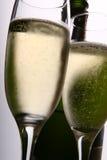 Dos flautas y botellas de champán Foto de archivo libre de regalías