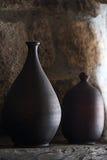 Dos floreros de cerámica contra la pared de madera rústica Fotos de archivo libres de regalías
