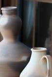 Dos floreros de cerámica contra ventanas de madera rústicas Imagenes de archivo
