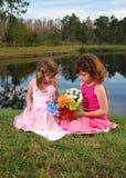 Dos flores del girlswith Foto de archivo libre de regalías